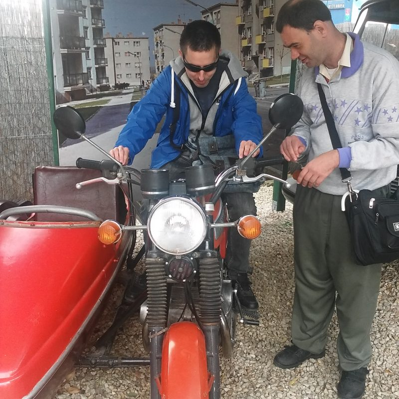 A képen egy régi motor látható