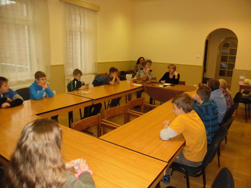 A képen a Bernát Zsu és Kray Zsuzsi beszél a diákoknak