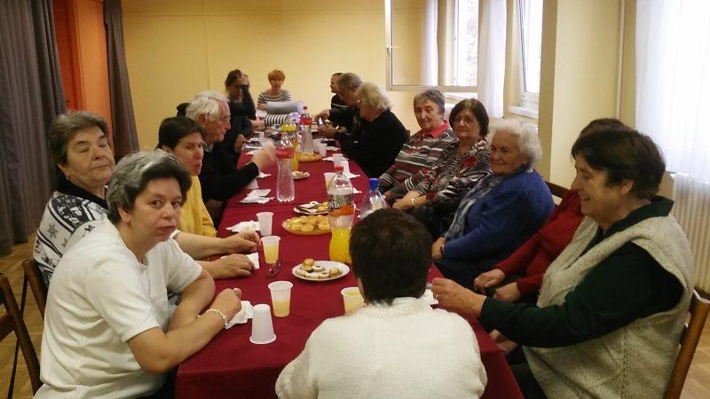Az óbudai klubtagok az asztalnál ülve hallgatják az ügyfélszolgálatot