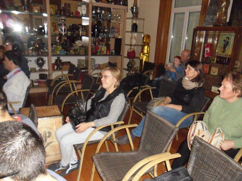 A látogatók éppen egy filmet néznek a múzeumban
