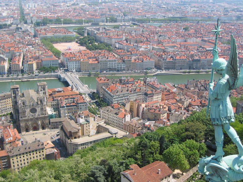 A képen Lyon látképe látható a hegyről, mintha Budapestet a Gellért-hegy tetejéről néznénk, csak több a híd