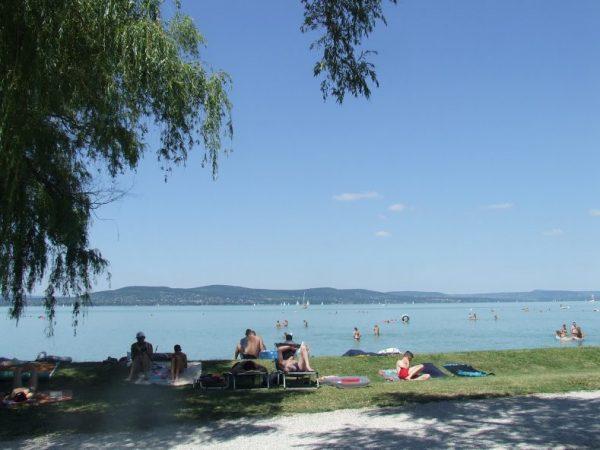A képen a boglári strand látható, hátterében a Balatonnal