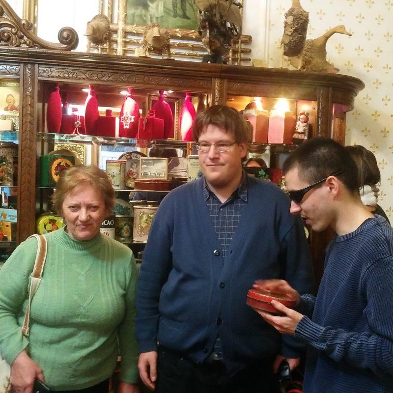 A képen a Csokimúzeumban vannak a tagok