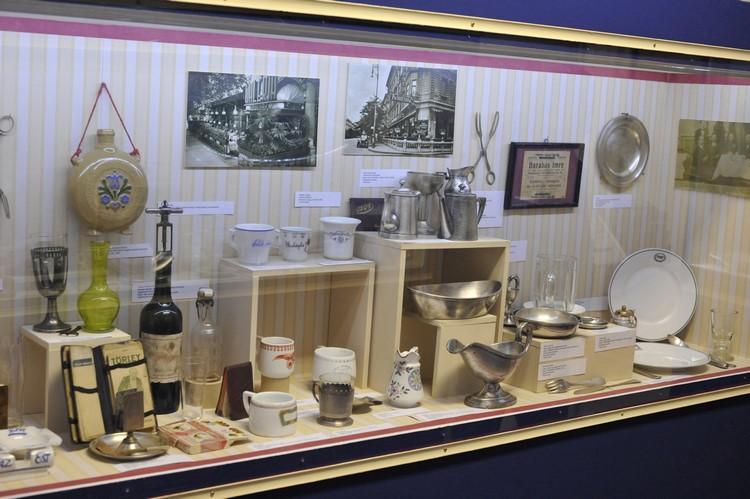 A kiállítás egyik részlete, egy vitrin mögötti tárgyak látszódnak