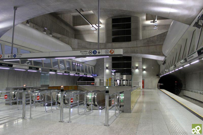 A képen a Kálvin tér metróállomás azon része látható, ahol az M3 metró felé át lehet szállni az M4 metróról