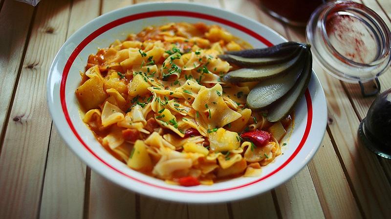 A képen egy szép tányérba szedett krumplistészta látható