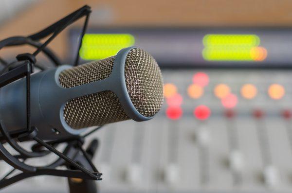 A képen egy stúdió látható, előterében egy mikrofon