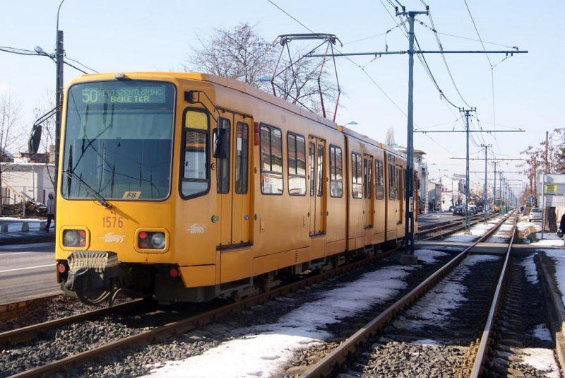 A képen az 50-es villamos létható, havas vágányon haladva