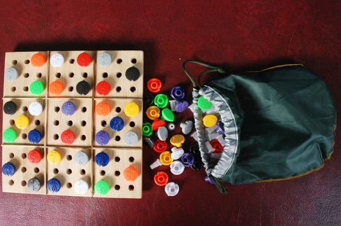 A képen egy másik Braille-játék látható, táblákkal és bábukkal