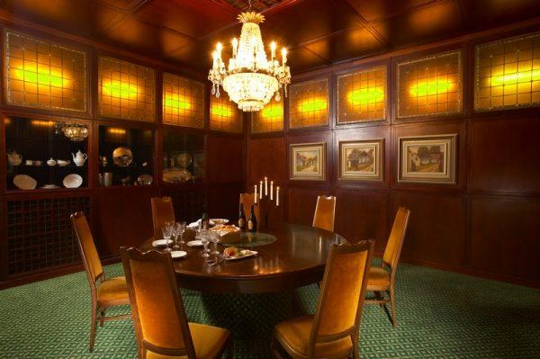 A képen egy hangulatos klubszoba látható
