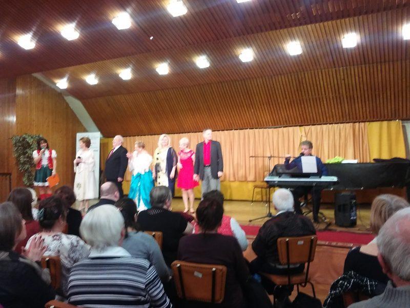A színpadon állnak a nőnapi műsor előadói