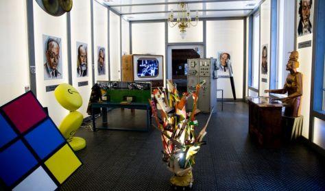 A képen a kiállítás belső tere látható, köztük a hatalmas Rubik kocka is