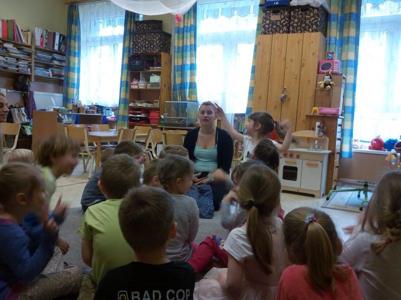 Gyerekek figyelnek a programra az angyalföldi érzékenyítésen
