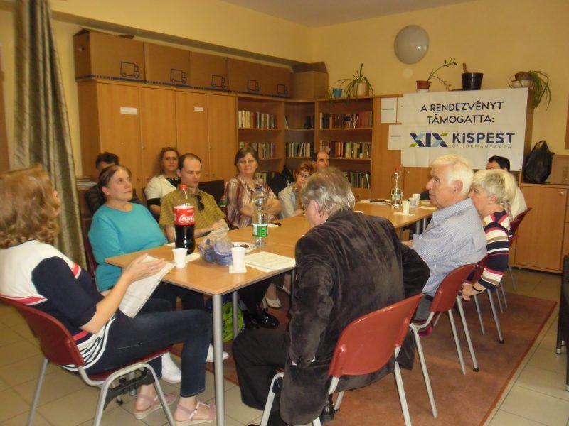 A képen a kispesti klubtagok a bűnmegelőzéssel foglalkozó tájékoztatót hallgatják egy asztal körül ülve
