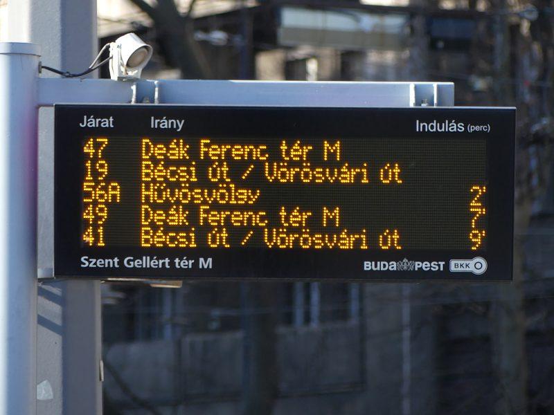 A képen a Gellért téren elhelyezett futár-kijelző látható