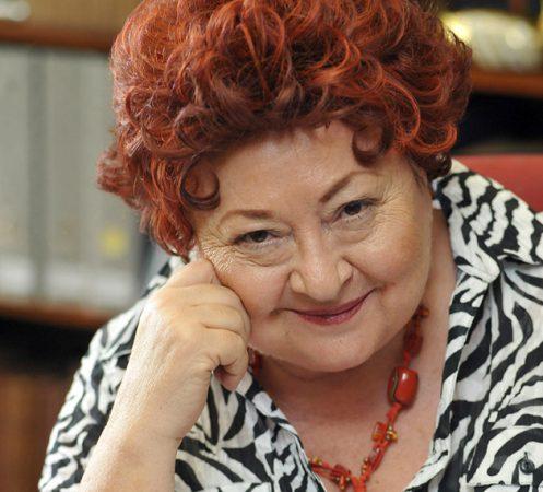 A képen Molnár Piroska látható, amint a Munkaügyek című sorozatban Elvirát alakítja