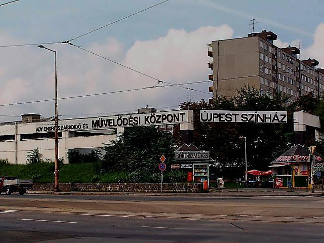 A képen az újpesti klub által használt terem épülete látható a főútról