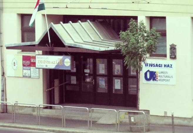 A képen az újpesti új helyszín utcai bejárata látható