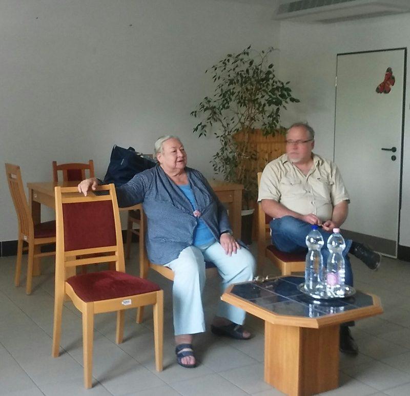 Molnár Piroska beszélget a beszélgetés résztvevőivel