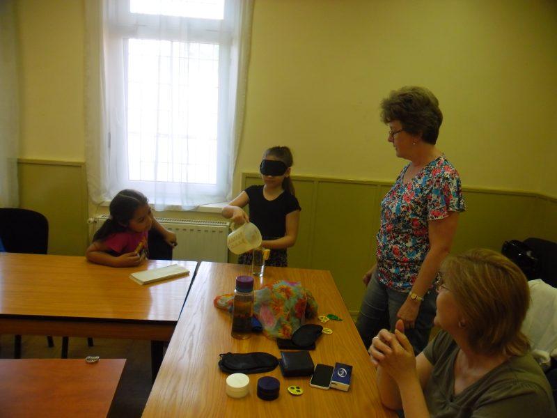 A képen a folyadéktöltést gyakorolják a diákok a kispesti érzékenyítési programon
