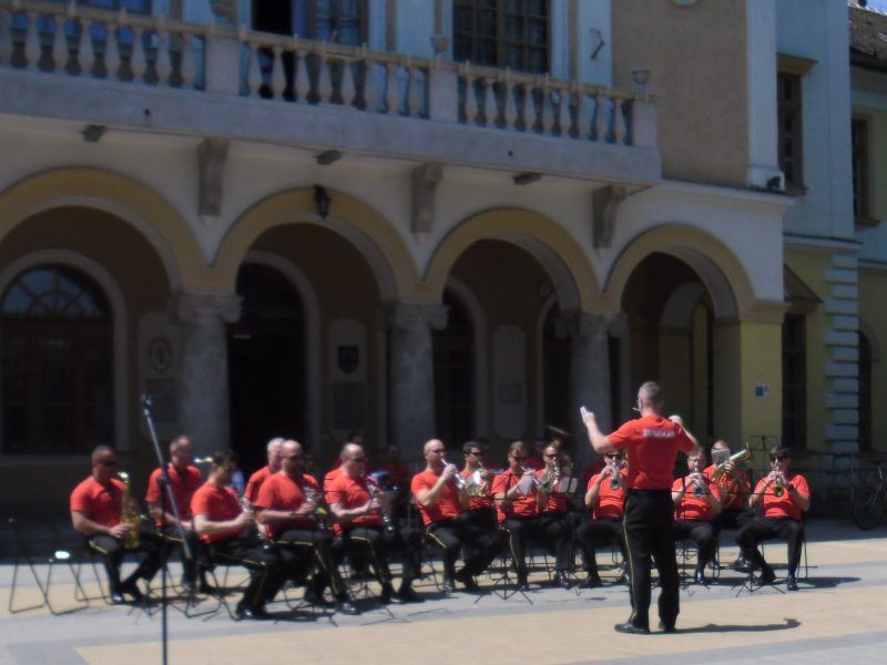 A képen a kispesti tűzoltózenekar látható koncert közben