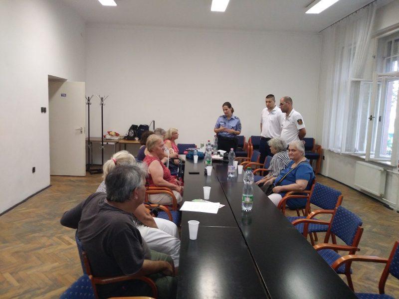 Az újpesti klubnapon éppen bemutatkoznak a helyi polgárőrök