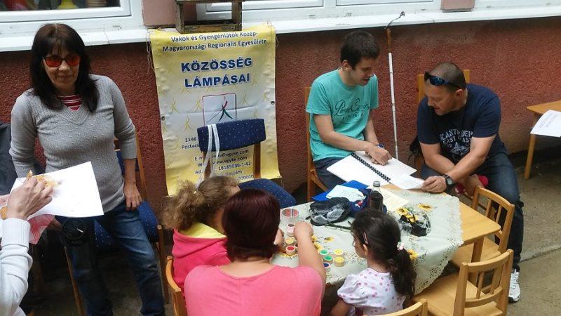 Péter mutatja be az Egyesületet a családi napon a Piroska Óvodában a szülőknek