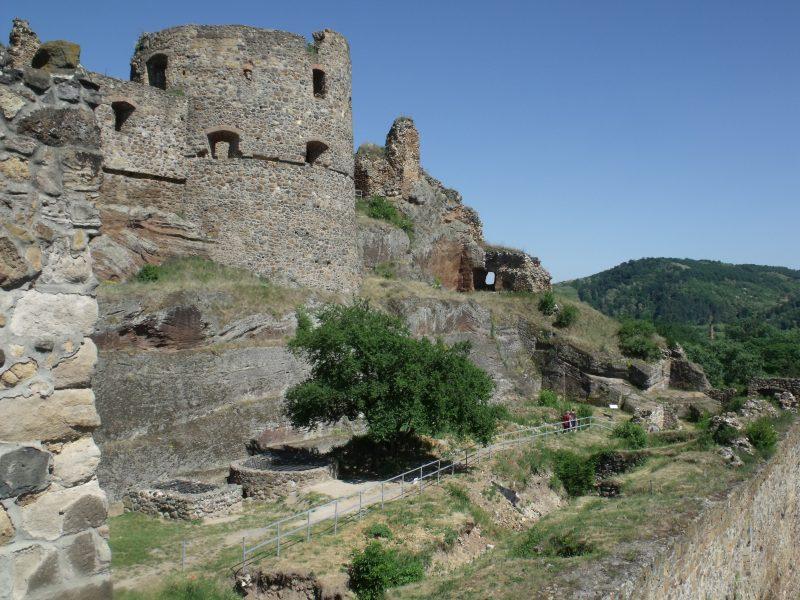 A füleki vár látható a képen, a torony tetejéről fényképezve