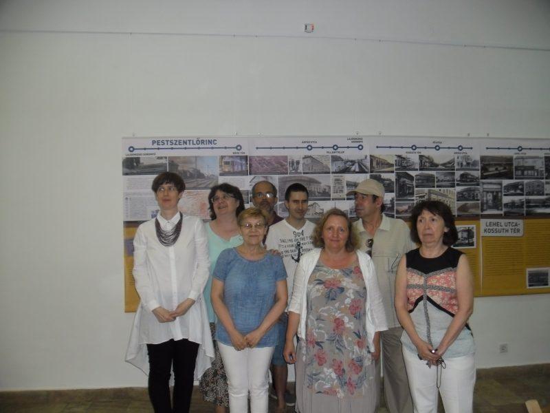 Az egyik tárlatvezető és a kispesti klub tagjai láthatóak a képen