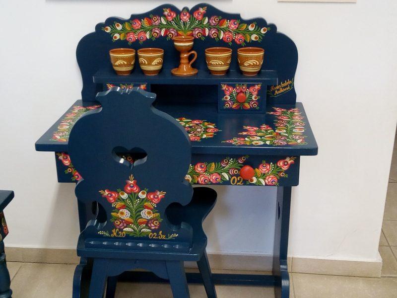 Egy asztal és szék matyó motívumokkal díszítve