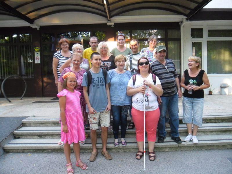 A képen a kispesti klubkirándulás résztvevőinek egy csoportja látható
