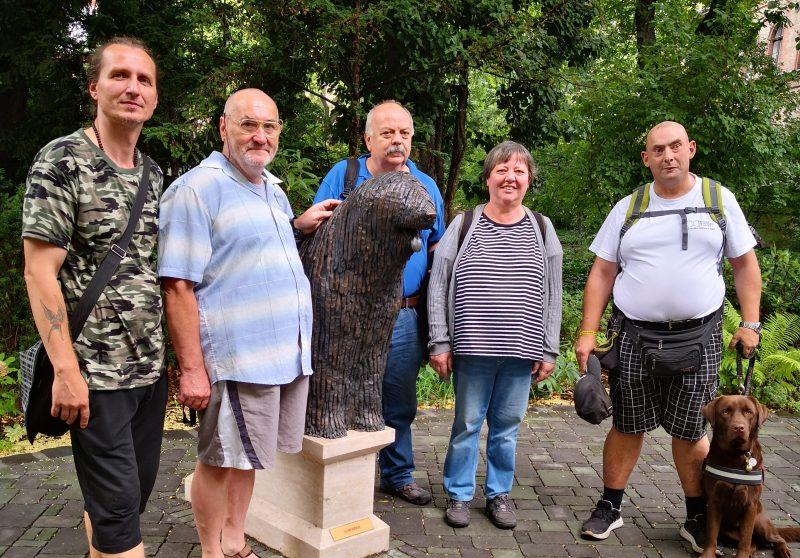A kőbányai klubtagok egy szobor előtt állnak az Állatorvosi Múzeumban