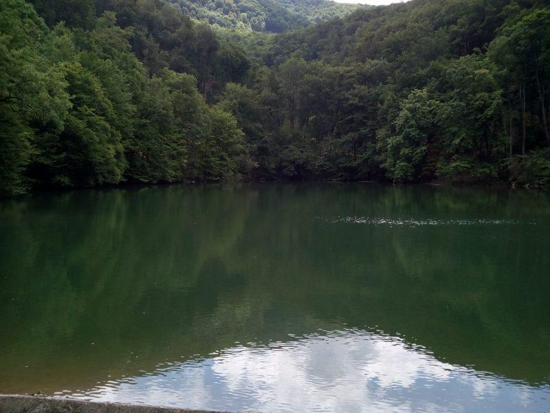 Egy tengerszem névre hallgató tó, melyben tükröződik az égbolt és a környező hegy fái, itt kezdődött az újbudai klub kirándulása
