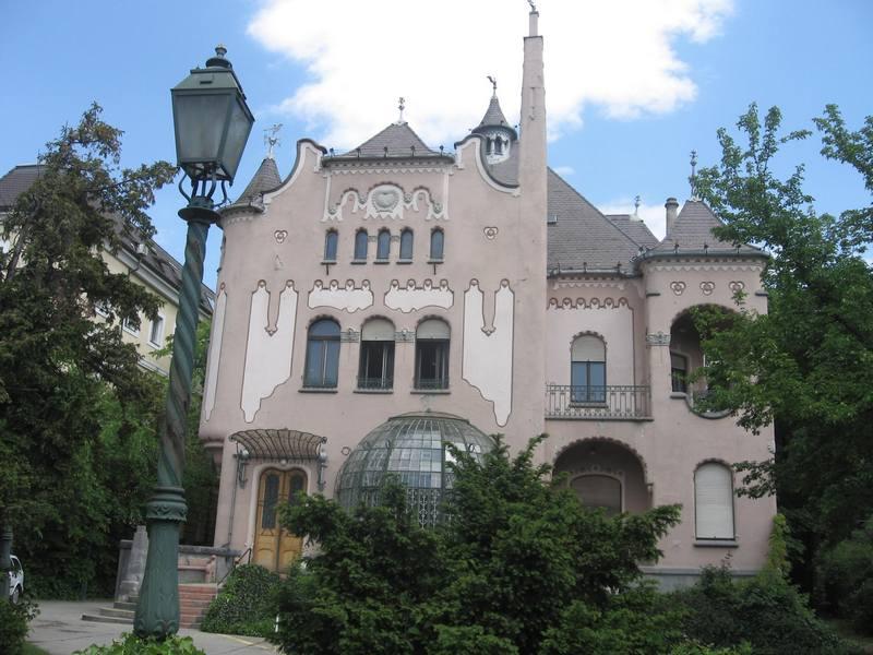 A képen az MVGYOSZ székházának homlokzata látható