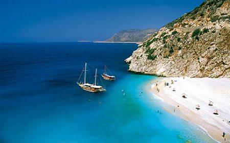 A képen egy török tengerpart látható, két vitorláshajóval