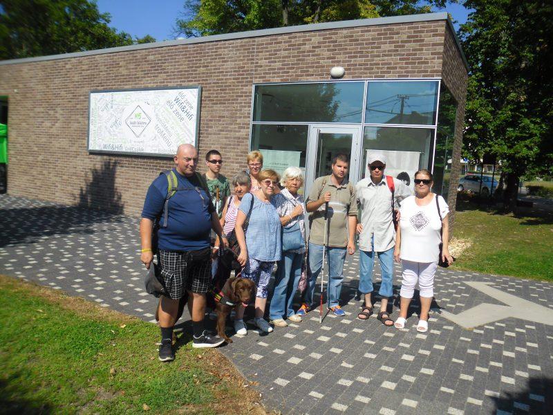 A kispesti klubtagok csoportképe egy épület előtt