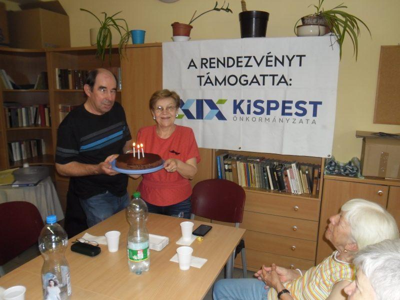 A két kispesti szervező, Zsu és István, kezükben a szülinapi tortával
