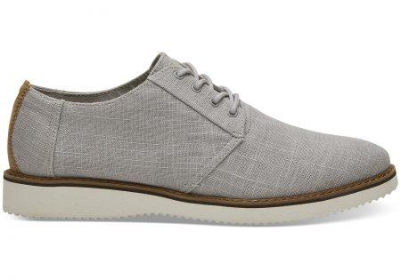 A képen egy pár elegáns szürke cipő látható.