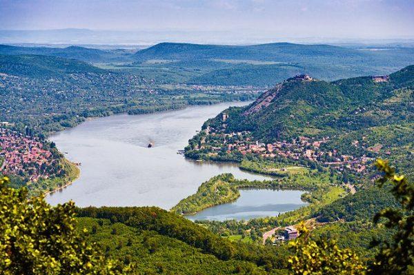A képen Visegrád látható légifelvételen, a Dunával