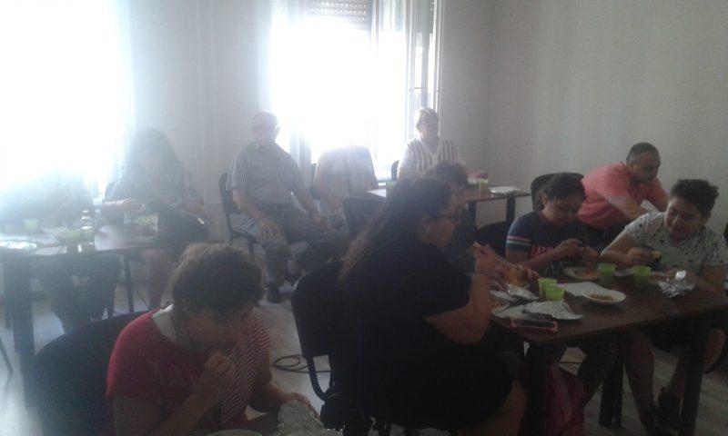 A képen az erzsébetvárosi klubtagok láthatóak. egy teremben ülve