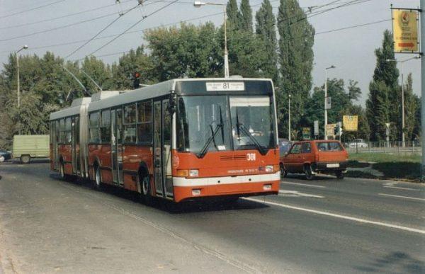 A képen egy 81-es trolibusz látható.