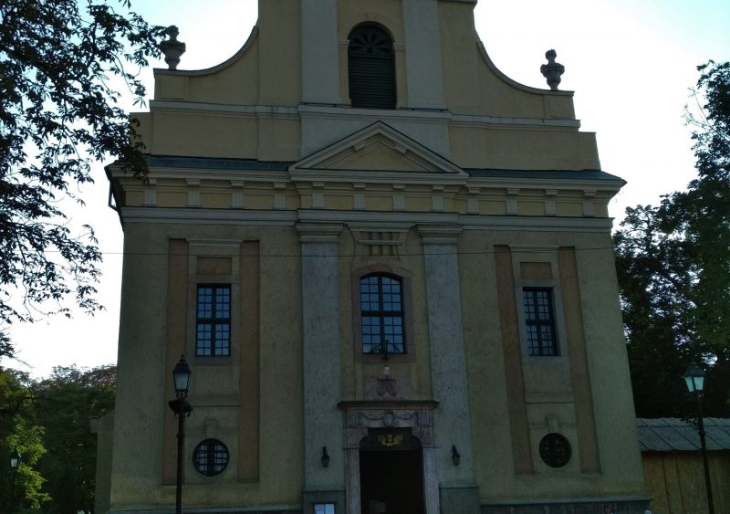 A képen a solymári templom látható, ahonnan az angyalföldi kirándulás elindult