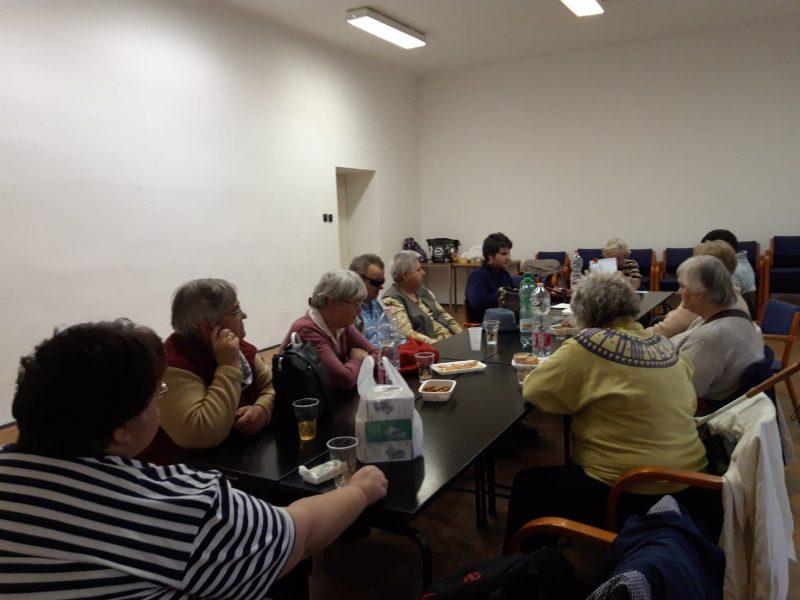 Ozvári Lukács Ádám beszél az újpesti klubnapon, a tagok asztalnál ülve hallgatják