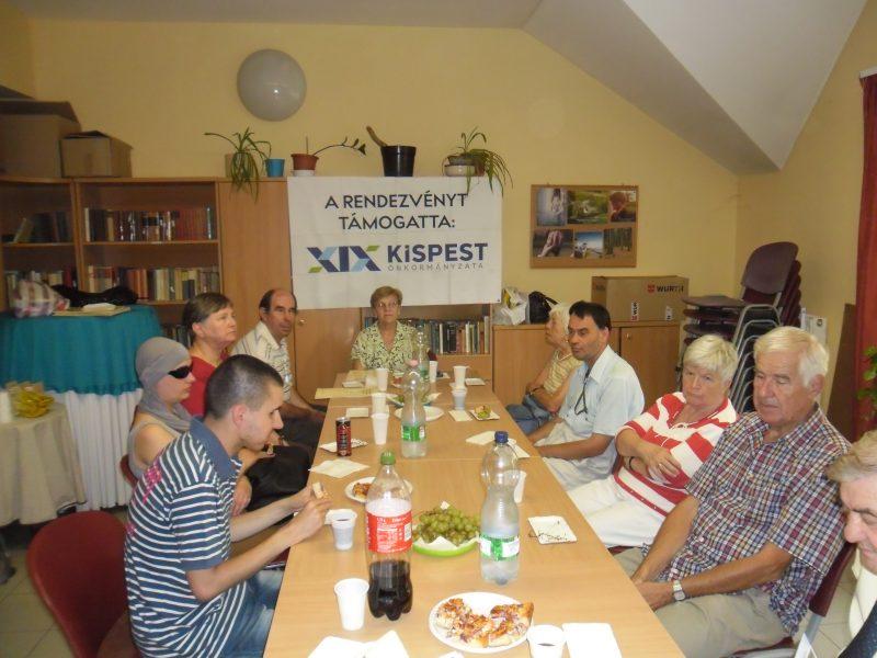 A kispesti klubnapon a tagok egy asztalnál ülve nasiznak