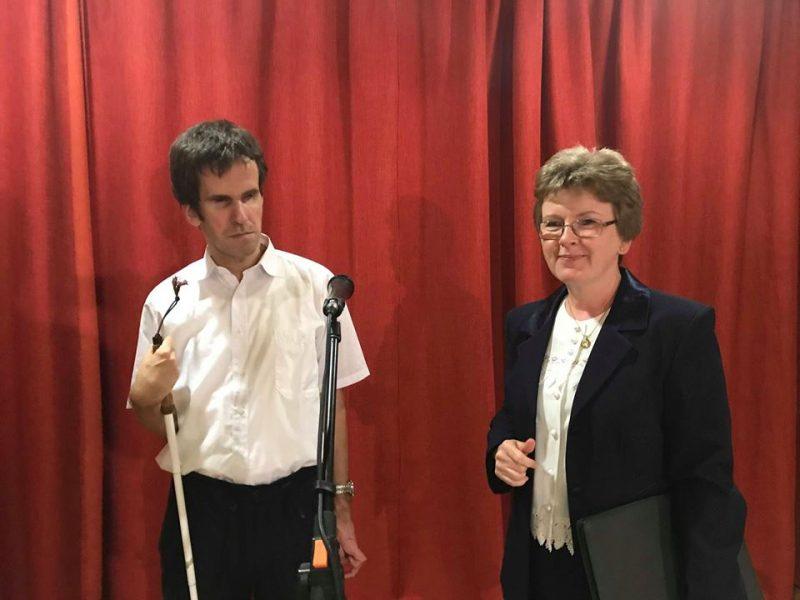 A képen a rákosmenti klub két szervezője látható az ünnepi rendezvény színpadán