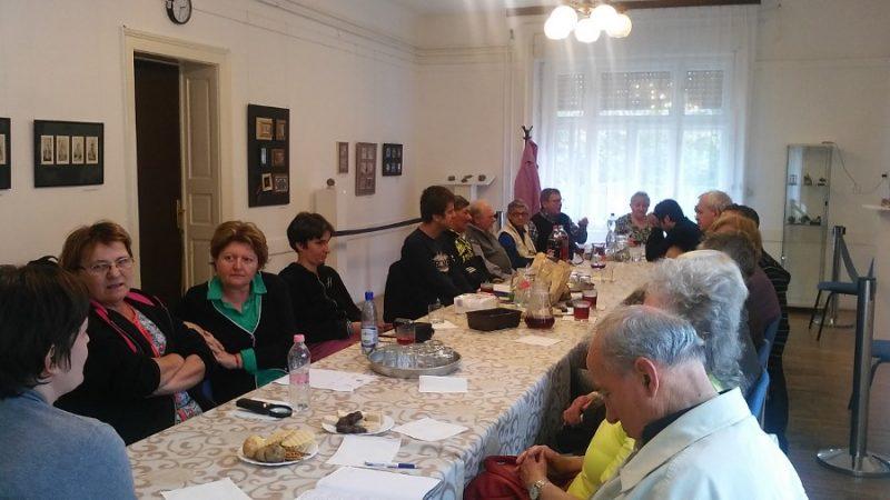 A rákosmenti klubtagok hallgatják a meghívott vendég előadását