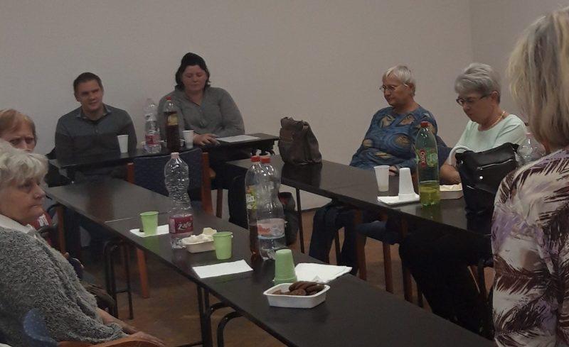 A képen az ügyfélszolgálat és a fecske szolgálat munkatársai beszélgetnek az újpesti klubtagokkal