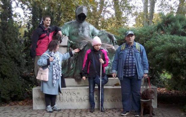 A kirándulók egy része Anonymus szobra mellett