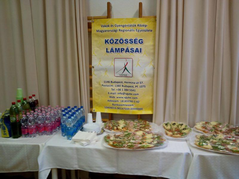 Az ételeket kínáló asztal az újpesti ünnepségen