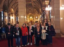 A képen az óbudai klubtagok láthatóak a parlamenten belül